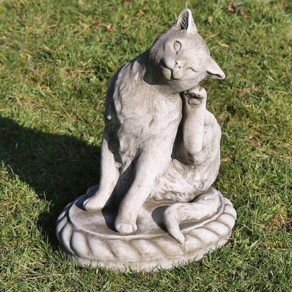 Katze kratzt sich am Ohr 43cm hoch grau Steinfigur