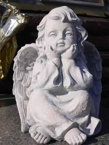 Engel sitzend 25 cm hoch Steinfigur